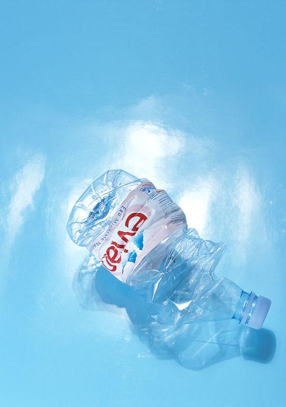 bouteille eau evian froisse