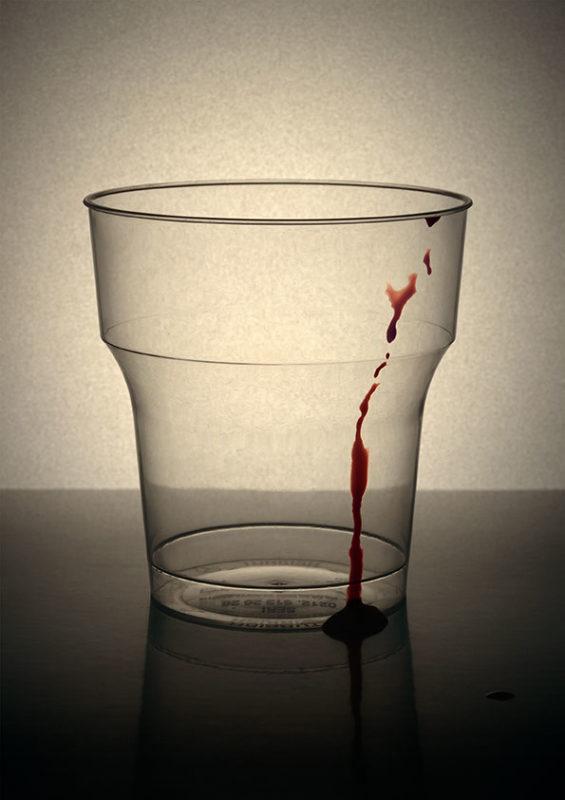 gobelet en plastique avec trace de sang