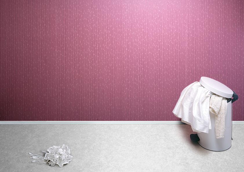 Bouquet de mariage pres d'une poubelle