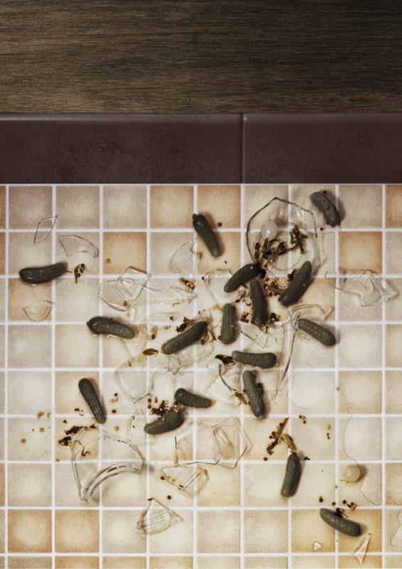 Verre de cornichon disperse sur le sol
