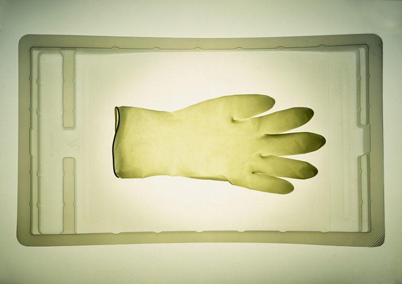 gants de protection sur plateau en plastique
