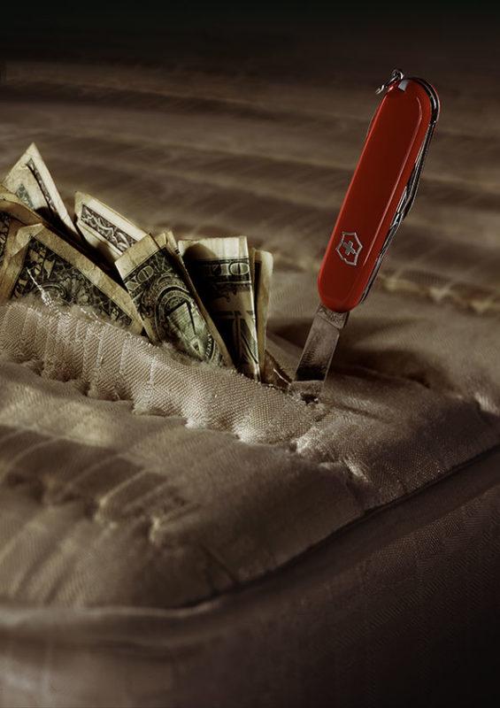 Un couteau de poche suisse fait ressortir des billets